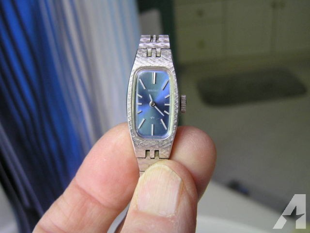 Seiko Vintage Ladies Watch WIND UP Blue Petite 1520-3629 for Sale .